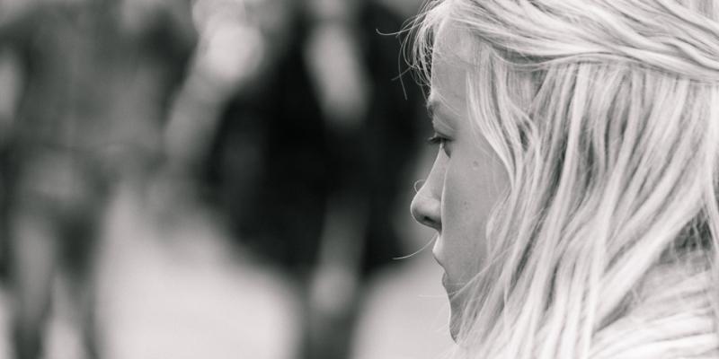 Pige foran restaurant - Processed